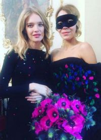 Наталья в черном обтягивающем платье прикрывает живот