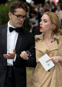 Скарлетт  мужем журналистом