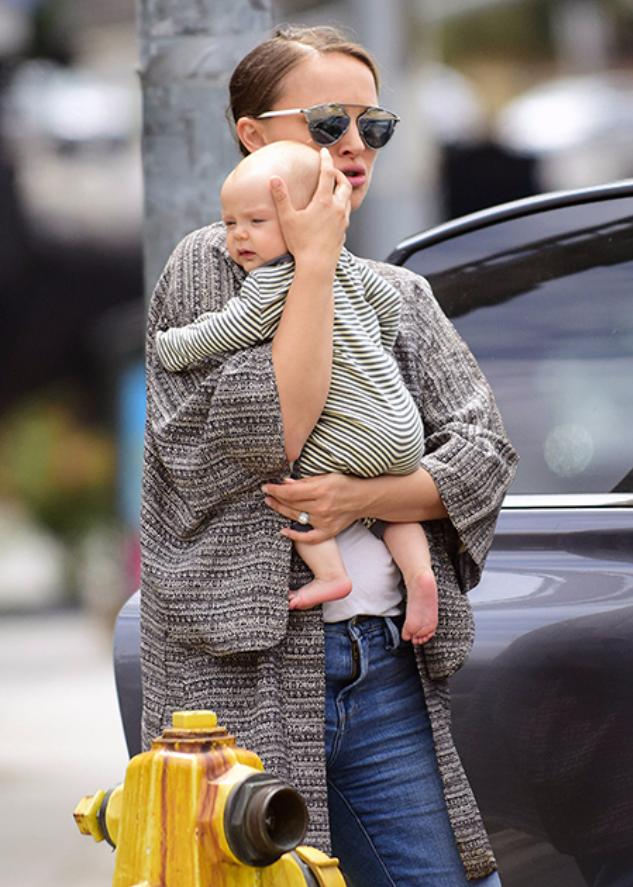Натали Портман с дочерью Амалией на прогулке в Лос-Анджелесе