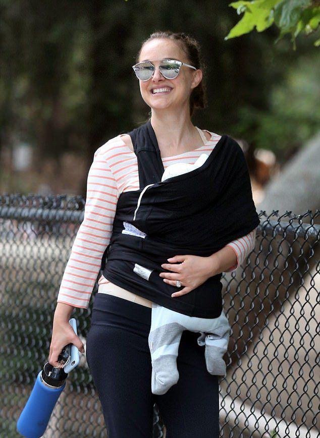 Натали Портман с новорожденной дочерью