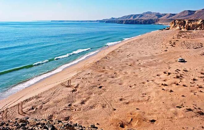 Пляж у отеля Раз Аль Джинс