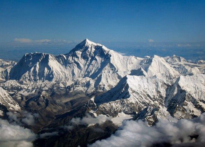 Горная вершина Джомолунгма (Эверест)