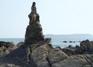 Статуя русалки - достопримечательность пляжа