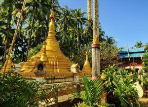 Небольшая пагода по дороге между Нгапали и пляжем