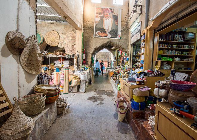 Колоритный базар (сук) в Низве