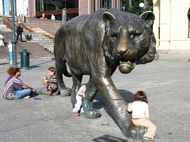 Памятник в виде гуляющего тигра