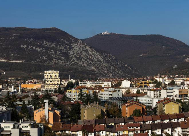 Grad Nova Gorica prostire se na pozadini slikovitih brežuljaka.