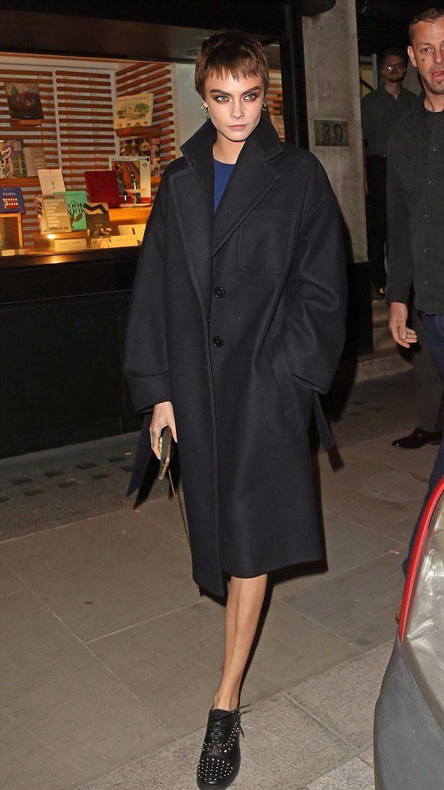 Кара Делевинь спешит на презентацию в Лондоне