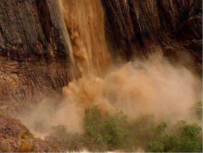 Потоки камней и воды в горах