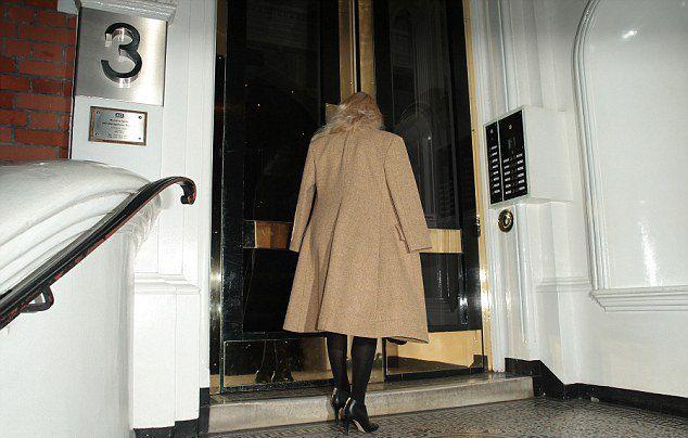 Памела Андерсон пришла в посольство Эквадора