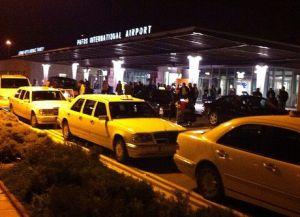 Стоянка такси прямо около аэропорта