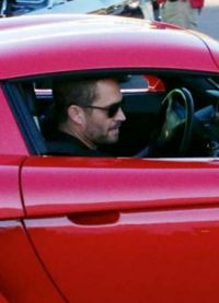 Артист в автомобиле Porsche Carrera GT 2005