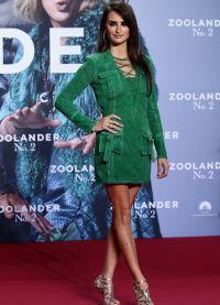 В Берлин она приехала в миниатюрном платье насыщенного изумрудного цвета