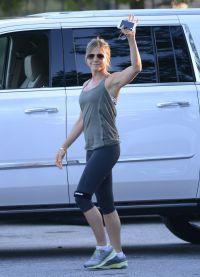 Сохранять отличную физическую форму ей помогают регулярные тренировки