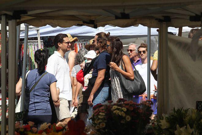Ирина Шейк и Брэдли Купер с дочерью Леей на фермерском рынке