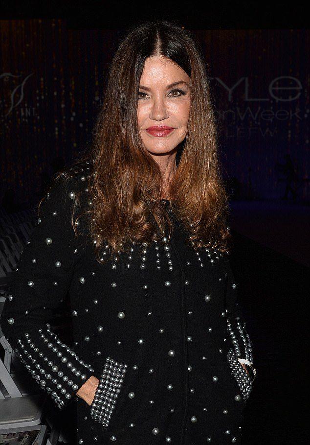 Дженис Дикинсон на  модном показе
