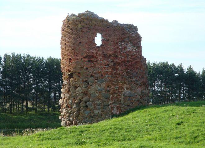 Остатки Пилтенского замка - главная местная достопримечательность