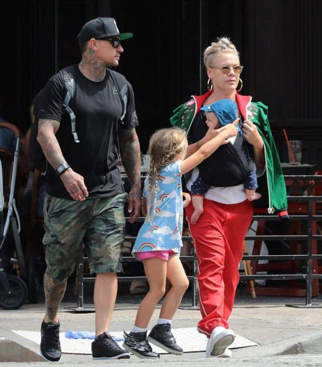 Пинк с семьей на прогулке по Нижнему Манхэттену