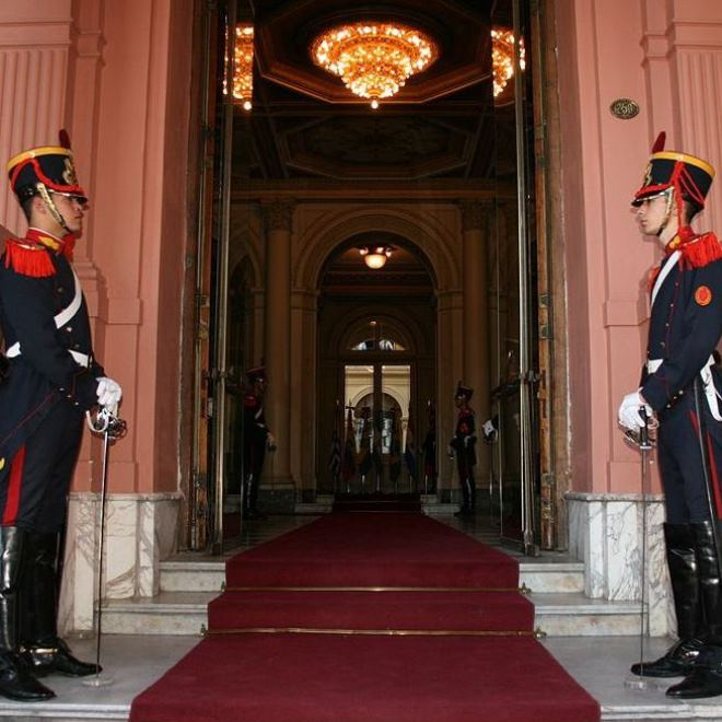 Вход во дворец охраняется гвардейцами