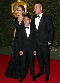 Брэд Питт и Анджелина Джоли с сыном на церемонии Оскар 2013