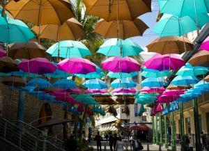 Цветные зонтики около Le Caudan Waterfront