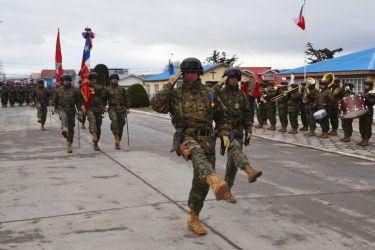 Парад полка чилийской армии в Порвенир