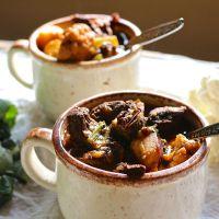 Krompir z mesom in gobami, pečen v lončkih