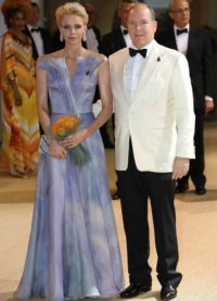 Фото дня князь Альбер и княгиня Шарлен на балу Красного Креста в Монако