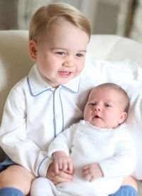 Принц Джордж и его маленькая сестра принцесса Шарлотта