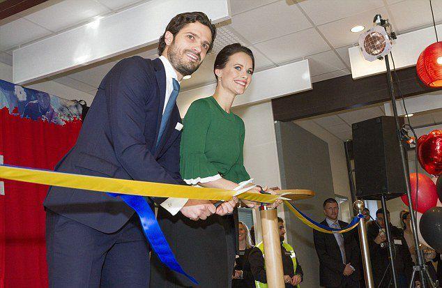 Принц Карл Филипп и принцесса София перерезают ленту