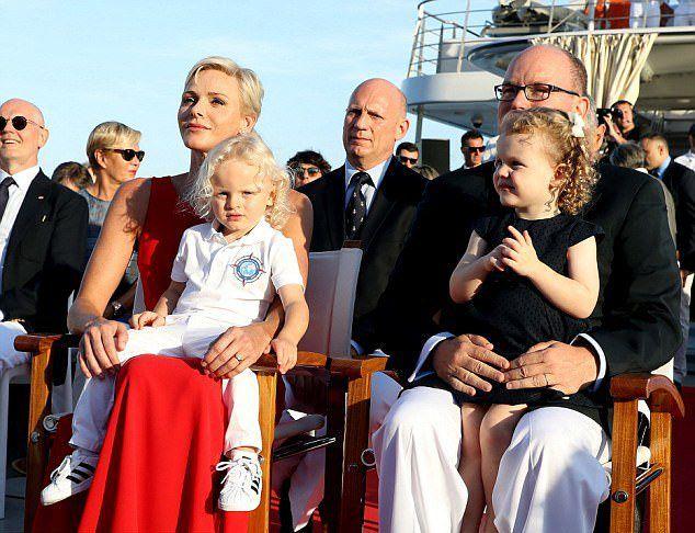 Княгиня Шарлен с мужем и детьми