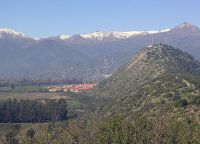 Расположен у подножия гор Анд