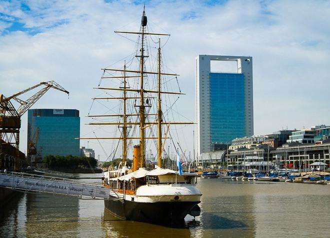 Корабль в доке Пуэрто-Мадеро
