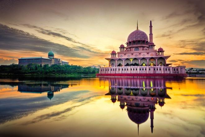 Два здания, символизирующие власть и религию