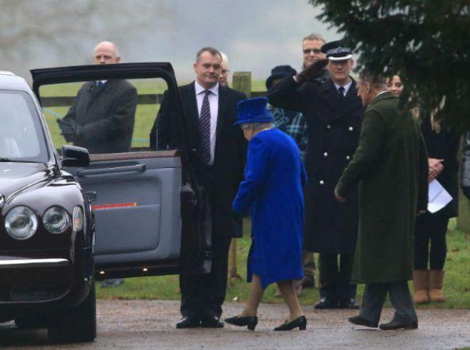 Подданные пришли посмотреть на королеву Великобритании