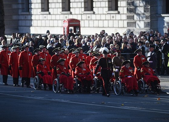 Во главе процессии стоит королева Великобритании