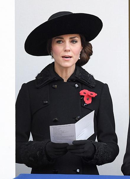 Королева Елизавета II положила венок из маков к мемориалу