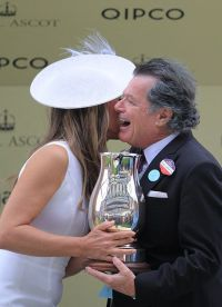 Элизабет награждает победителя