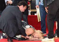 Зоуи Белл молится на звезду своего режиссера
