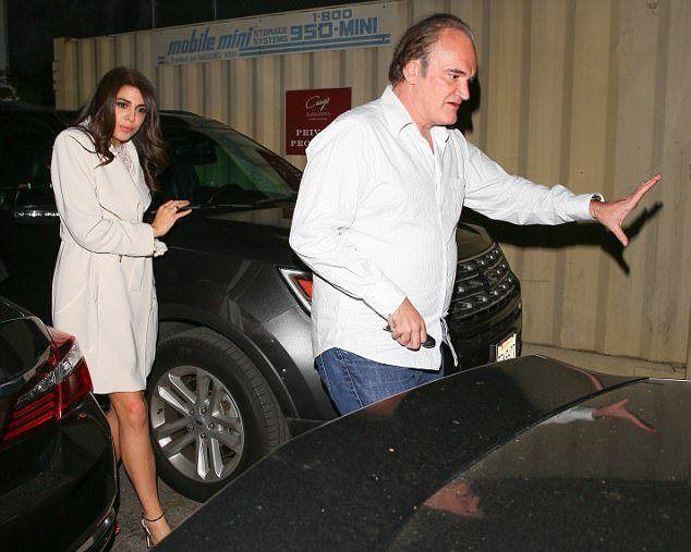 Квентин Тарантино с Даниэлой Пик идут к авто