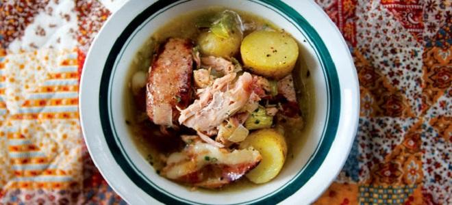 Gulasz z królika z ziemniakami w kotle