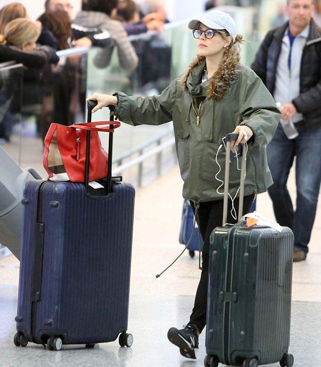 Рэйчел МакАдамс в аэропорту в ноябре