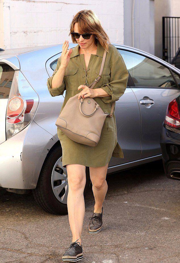 Рэйчел МакАдамс на улице в октябре