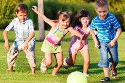Zabawa sztafeta dla dzieci na ulicy w lecie