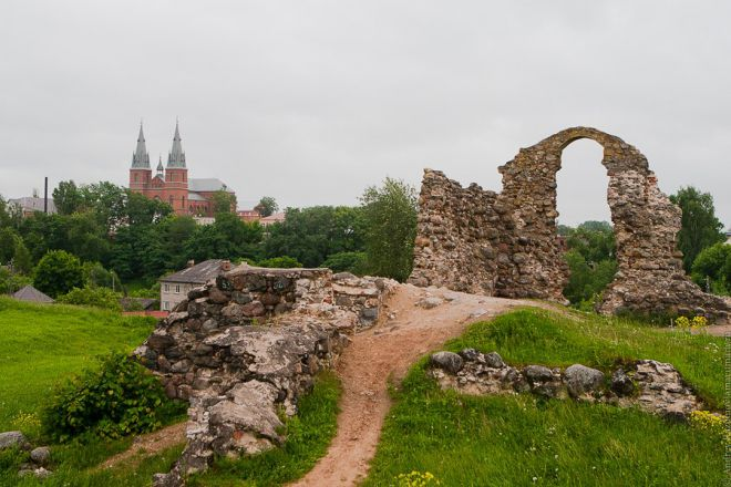 Развалины замка Розиттен и Кафедральный собор Сердца Иисусова