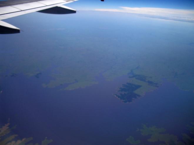 Водохранилище - вид из иллюминатора самолета