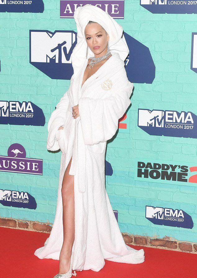 Рита Ора на красной дорожке музыкальной премии MTV EMA 2017