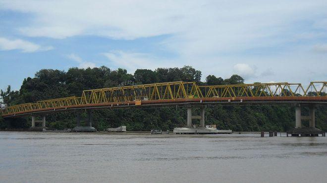 Мост над рекой Махакам, Индонезия