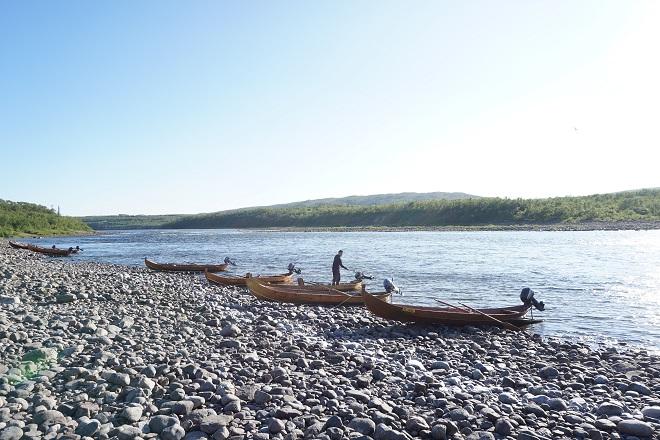 Рыбацкие лодки на берегу реки Тана