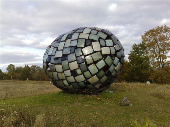 Яйцо из телевизоров - композиция в Педвальском музее искусств